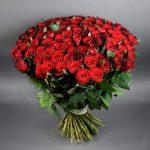 Как оформить композицию из роз?